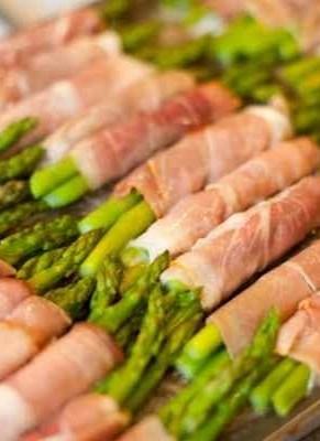 Involtini di asparagi e speck
